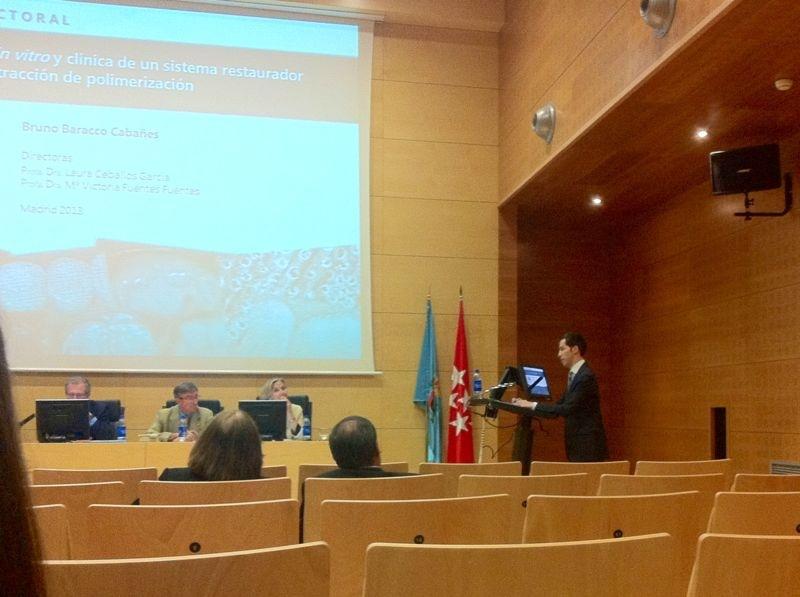 El Dr. Bruno Baracco durante la presentación de su tesis frente al tribunal